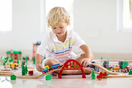 Hvis børn sluger legetøj med kraftige magneter, kan det føre til huller i tarmvæggen. Sikkerhedsstyrelsen dumper størstedelen i en ny kontrol.