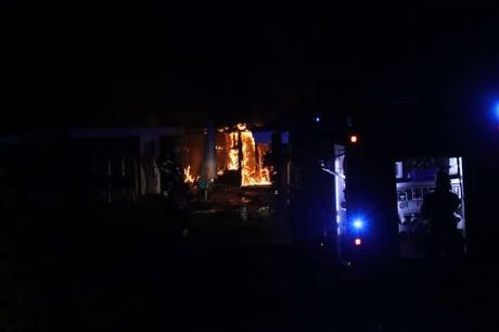 Et anneks til et hus i Ebeltoft nedbrændte natten til torsdag. Foto: Øxenholt Foto