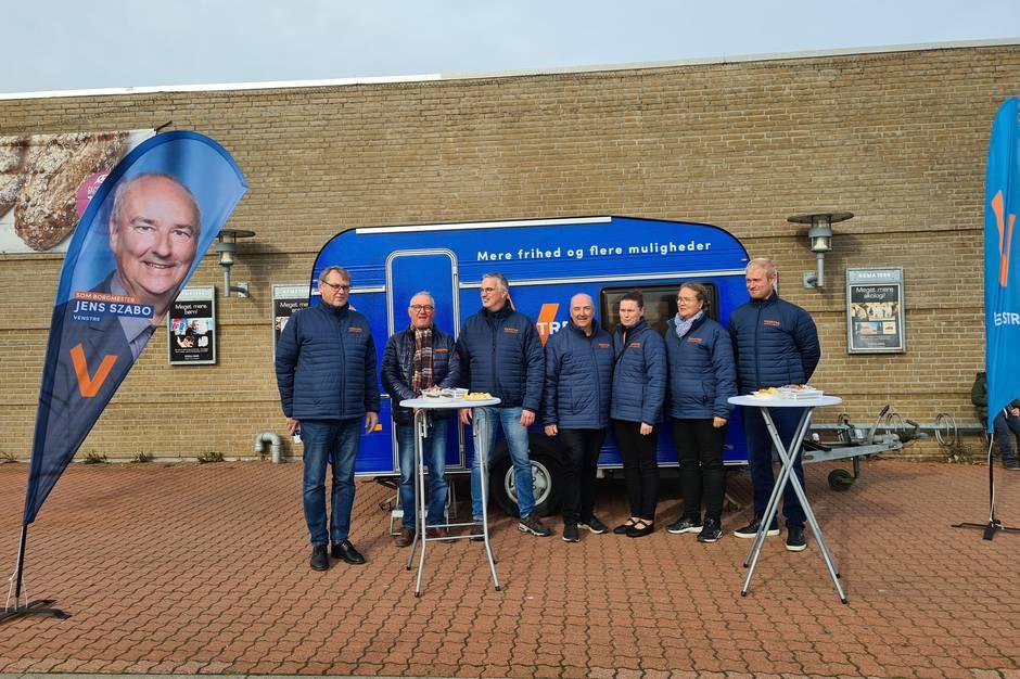 Frem til valget 16. november vil man kunne møde Venstres kandidater og deres mobile kampagnekontor - en blå campingvogn - rundt i hele kommunen. Pressefoto