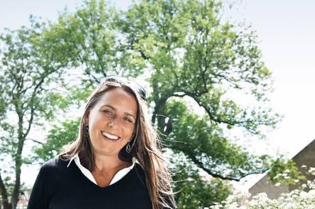 Anne Hjernøe deler ud af gode tips til et sundere og lettere liv - og så fortæller hun også røverhistorier fra sit arbejde med tv-produktion rundt om i verden. Pressefoto