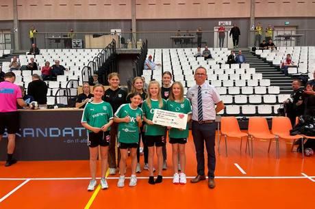 U11 og u13 piger samt varehuschefen fra Føtex. Foto: Signe Hangaard Thomsen