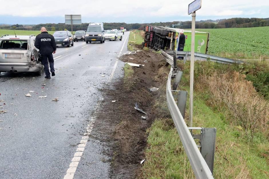 Aarhus Landevej i Tirstrup ved Ebeltoft var næsten spærret i flere timer torsdag på grund af væltet lastbil.