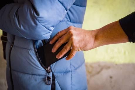 En 39-årig tyv havde lidt over midnat fingrene nede i en andens jakkelomme. Han troede, han var sluppet afsted med et styks gratis mobiltelefon - men sådan skulle det ikke gå.