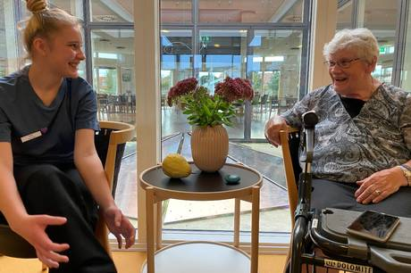 Merle Gregersen og Sofie Munk har søgt og fået et par af de anderledes fritidsjob, som Norddjurs Kommune forsøger sig med. Det kommer der masser af stjernestunder ud af.