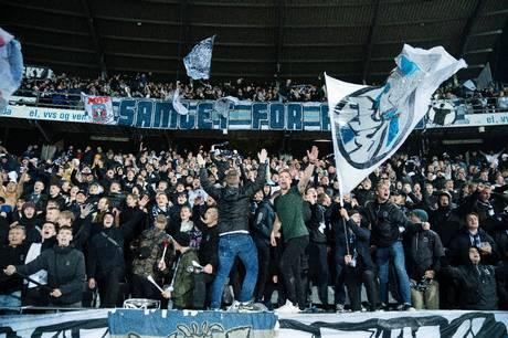Rigtig mange kom ikke ind og se AGF-AaB i går aftes. Adskillige gratisbilletter var i omløb, endda flere end der er kapacitet til på Aarhus Stadion - hvilket betød, at AGF-sæsonkortholdere også blev afvist i porten.