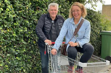 Claus Leick (F) og Anne Heeager (B) slår et slag for grønne indkøb. Pressefoto