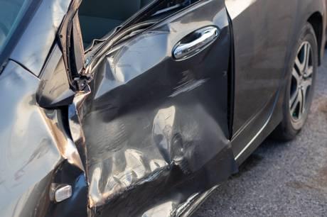 En flugtbilist kørte i høj fart på Stadion Allé og ramte bildøren og var samtidig tæt på at ramme en 32-årig mand, der var i gang med at sætte sin datter ind på bagsædet.
