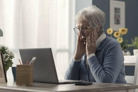 I går udsendte Østjyllands Politi en advarsel om at passe på telefonsvindel, efter man havde fået flere anmeldelser på netop det - heriblandt fra en række ældre mennesker. Men svindlen fortsætter og senest er yderligere to ældre kvinder blevet franarret koder og kort.