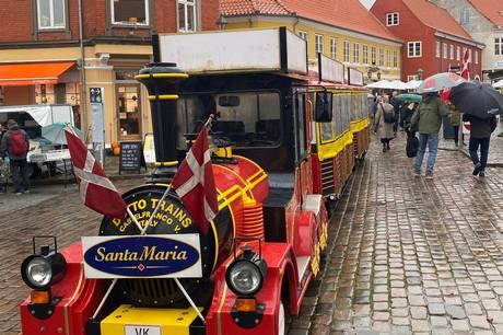 Ebelfestival blev søndag ramt af sort uheld. Toget, der normalt kører rundt i hele byen, brød sammen. Arrangørerne handlede hurtigt, så nu kan du igen køre rundt i Ebeltoft – næsten som på skinner.