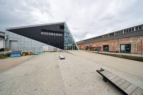 En 15-årig pige blev befølt på kroppen af en fremmed mand, da hun torsdag kort efter midnat satte sig ned for at tisse ved Godsbanen i Aarhus.