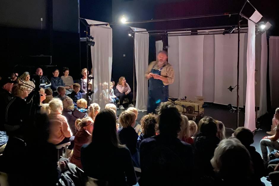 Publikum ventede længe på at teaterstykket skulle gå i gang.. Trods en ihærdig indsats fra skuespiller og personale, måtte publikum gå uforløste fra salen.