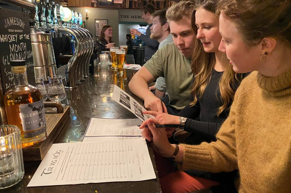 Hver uge lægger byens barer og caféer op til grin, hygge og benhård konkurrence med deres store udbud af quizzer. En af dem har den sidegevinst, at deltagerne finder sit livs kærlighed. Århus Onsdag guider dig til den og fire andre helt forskellige steder.