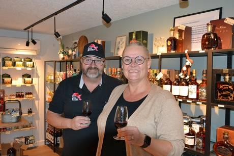 Lisbeth og Niels Kaas i nyindrettet butik - og nye varer på hylderne.