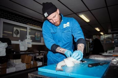 Danmarks ældste fiskehandler får bøde efter fund af madrester og mulig skimmelsvamp i produktionslokaler.