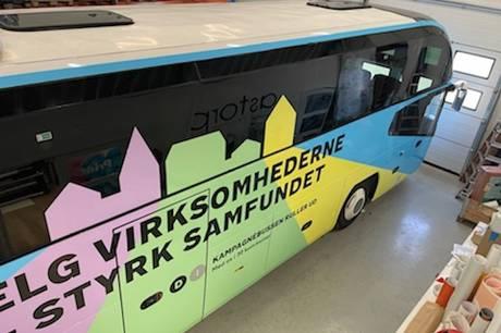 Claus Wistoft, Kirstine Bille, Michael Stegger Jensen m.fl. er med i DI's valgbus, der mandag eftermiddag stopper ved Varo Specialmaskiner A/S i Hornslet og Scanpan A/S i Ryomgård.