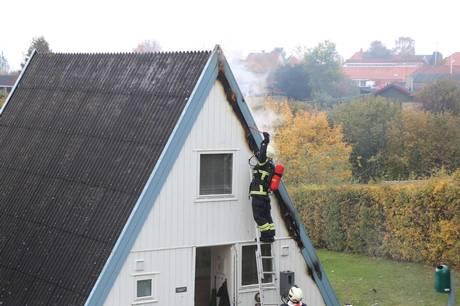 Mindre sommerhus på Mols Bjerge Feriecenter i Knebel fik futtet et par tagplader af mandag.