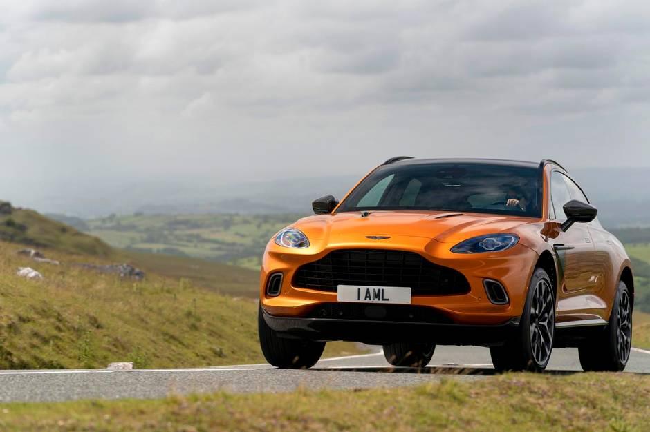 Den fem meter lange model fylder dog også godt i landskabet. Den vejer 2,2 ton og har den største kølergrill nogensinde i en Aston Martin, så der er ingen risiko for at tage fejl af de andre modeller i rækken.