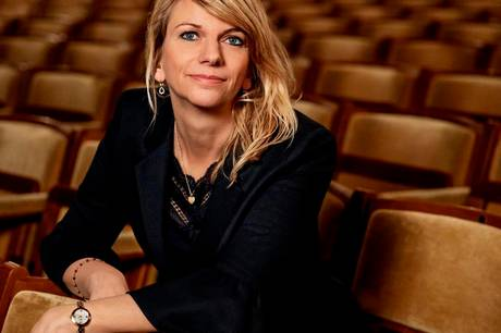 Teaterdirektør Trine Holm Thomsen ser Aarhus Teater som et åbent, levende hus, der afspejler menneskelivets mange facetter - også kram, kys, tårer, sved og sang – helt modsat Corona, der er afspritning og afstandskrav. Teateret er parat til at genåbne med alt fra musicals og monologer til klassikere, ny dramatik ogforestillinger i Ikea