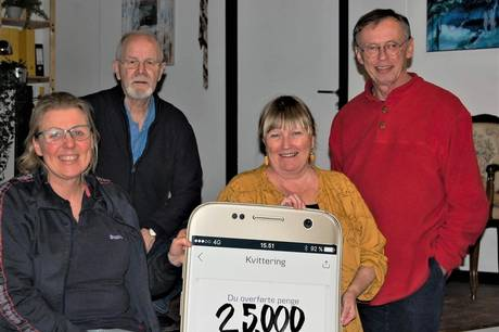 Lise Leander (bagerst) overraskede Karl Henning Broch (tv.), Jonna Kessel og Henning Lindberg, som alle er en del af Stavtrup Amatørteaters bestyrelse, med sponsoratet på 25.000 kr.