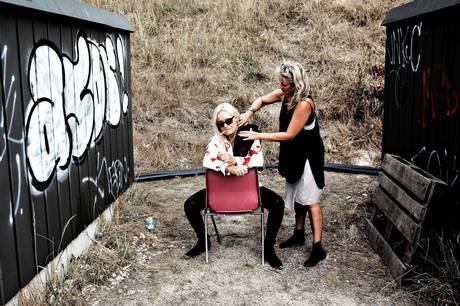 Anne Linnet er her sammen med sin makeup-artist. Når teaterkoncerten 'Jeg er jo lige her' ruller over scenen, skal hun ikke selv op at stå på den. Skuespillerne på Aarhus Teater synger de nye arrangementer, der er lavet.