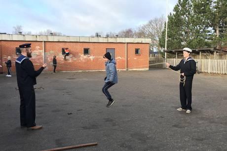 Sjippetovet blev hurtigt taget i brug af klasserne på Ebeltoft Skole. Her ses Peter Bergqvist Heuch, guide på Fregatten Jylland og Morten Siig Henriksen, medlem af PUK-udvalget i Syddjurs Kommune. Foto: PR