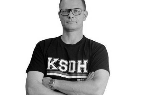 Journalist Kim Skovrup har været inkarneret AGF-fan i tykt og tyndt siden 1980. I denne klumme skriver han med fan-fingre om livet som supporter af 'De Hviie' fra Fredensvang.