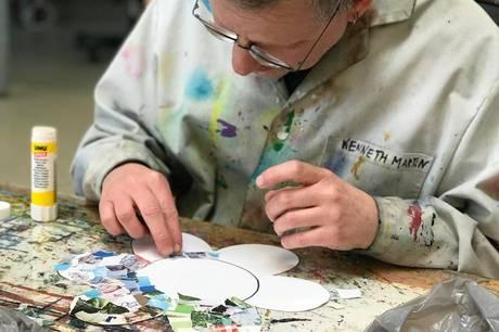 Kenneth Martin Rasmussen er en af borgerne i Kunstnerhuset Karavanas nødpasningstilbud, som har været med til at lave papirsblomster til udstillingen.