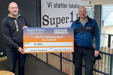 Jesper Blak, indehaver af Super1Rent i Hadsten, overrækker check på 25.000 kroner til byens håndboldklub.