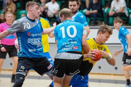 Phillip Lyngby Pedersen (i gul trøje) i aktion på stregen for sin tidligere klub IK Skovbakken mod sin kommende klub, Skive fH.
