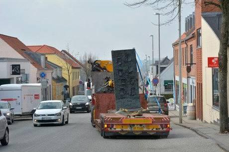 Stelen kørte bort til en ny destination i Danmark, som endnu ikke er offentliggjort