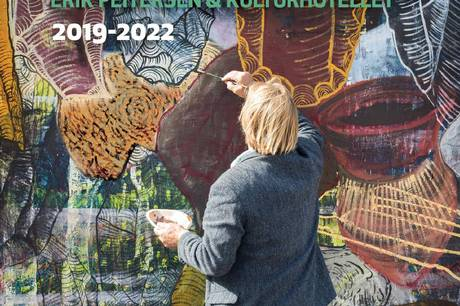 Forsiden på det magasin som udgives i forbindelse med, at Erik Peitersen maler for femte gang på sit 3 x 3 meter store maleri på torvet ved Kulturhotellet