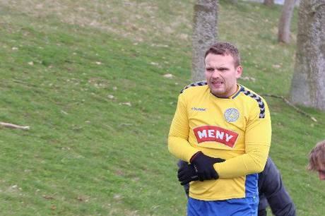TRIF's nye midtbanespiller Daniel Bagger Pedersen måtte forlade banen med en brækket underarm efter få minutters spil af 0-0 kampen mod VRI i Serie 1. Foto: Øxenholt Foto