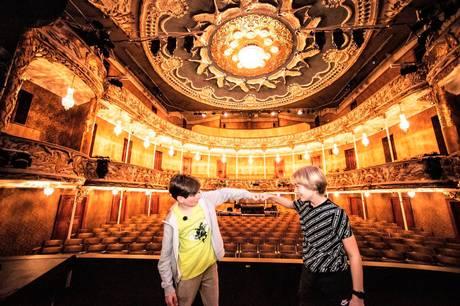 Bertram Jarkilde og Oskar Mehlbye har øvet sig i næsten et år på rollen som Charlie i stykket 'Charlie & Chokoladefabrikken'. Og de er bare klar til premieren, der er planlagt til 6. maj.