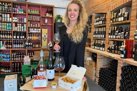 Vinekspert Sofie Thomsen opfordrer os til at nyde et godt glas vin til vores junk food. Kombinerer man vin og mad rigtigt, venter der nemlig en smagsoplevelse ud over det sædvanlige.
