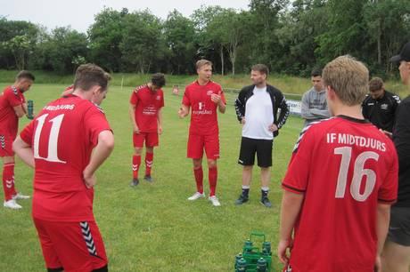 Den spillende cheftræner Rasmus Brasch (i midten) spillede hele kampen, da IF Midtdjurs i sin første kamp i forårssæsonen vandt med 3-1 over VSK Aarhus. Arkivfoto: Martin Schultz