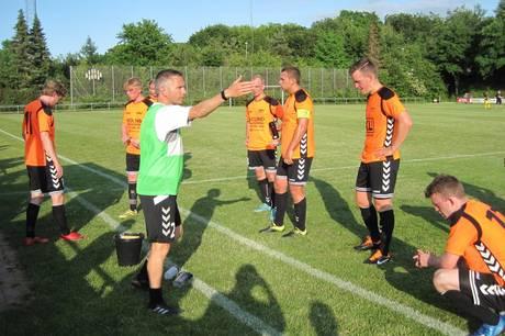 KPI-træner Dennis Holdgaard og hans spillere måtte tage imod lidt af en mavepuster i 4-0 nederlaget til FAML Aarhus. Arkivfoto: Martin Schultz
