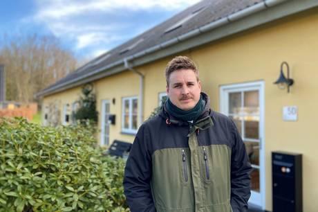 Christopher Bering Baden foran rækkehuset i Lisbjerg. Privatfoto