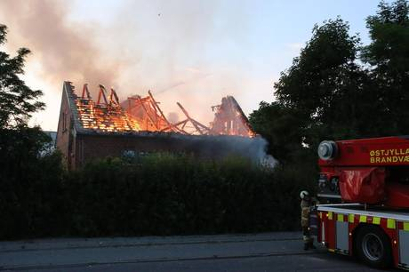 Den tidligere Elsted-Lystrup Skole blev hele to gange udsat for påsat brand i 2020. Nu skal den genopføres.