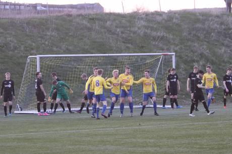 TRIF's Mads Amstrup (i midten) udlignede i 2. halvleg til 1-1 i den velspillede Serie 1 kamp mod Silkeborg. Foto: Øxenholt Foto