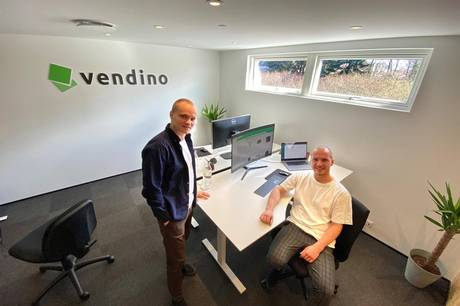 Tobias Lund Nielsen og Kristian Kalajdzic i deres nye kontor, som fysisk ligger på Godthåbsvej i Skanderborg, men betjener kunder langt omkring via skærmene. Foto: Michael Wulff