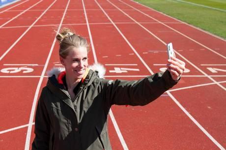 Hækkeløberen Sara Slott skulle have sat punktum for sin flotte karriere med OL i 2020. Men de er udskudt til 2021, så hun bruger rigtigt meget tid på atletikbanerne i Aarhus og holder sig i god form. De røde baner er hendes sted.